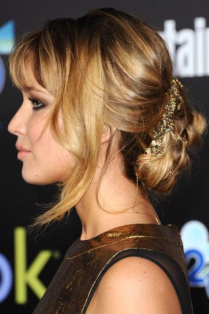 Nữ diễn viên Jennifer Lawrence mang phụ kiện tóc màu vàng quý phái trong một sự kiện ở Mỹ.