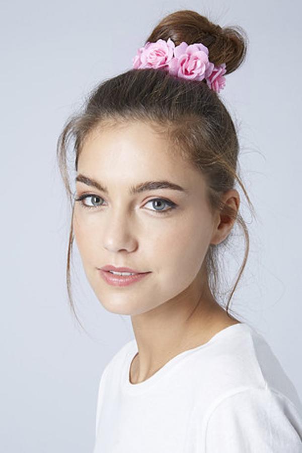 Buộc tóc hình hoa hồng điệu đà.