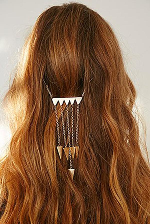 Chiếc kẹp tóc lạ mắt phù hợp với mái tóc xoăn, dài.