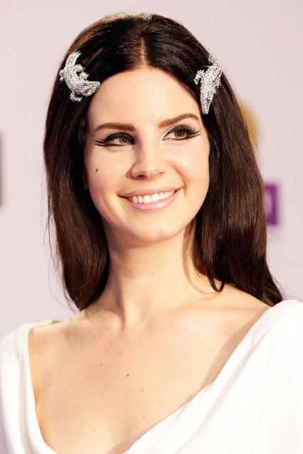Ca sĩ Lana Del Rey mang phong cách mới lạ với phụ kiện hình cá sấu.