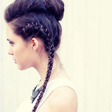 Tô điểm cho tóc tết bằng phụ kiện như thế này giúp bạn trở nên cá tính hơn.
