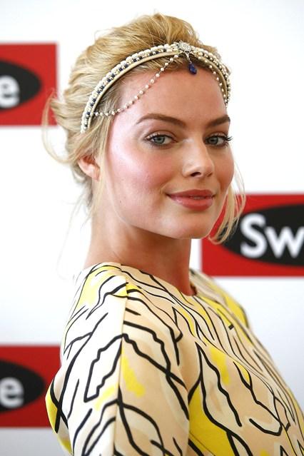 Diễn viên Margot Robbie đẹp lộng lẫy với phụ kiện mang chút nét cổ điển.