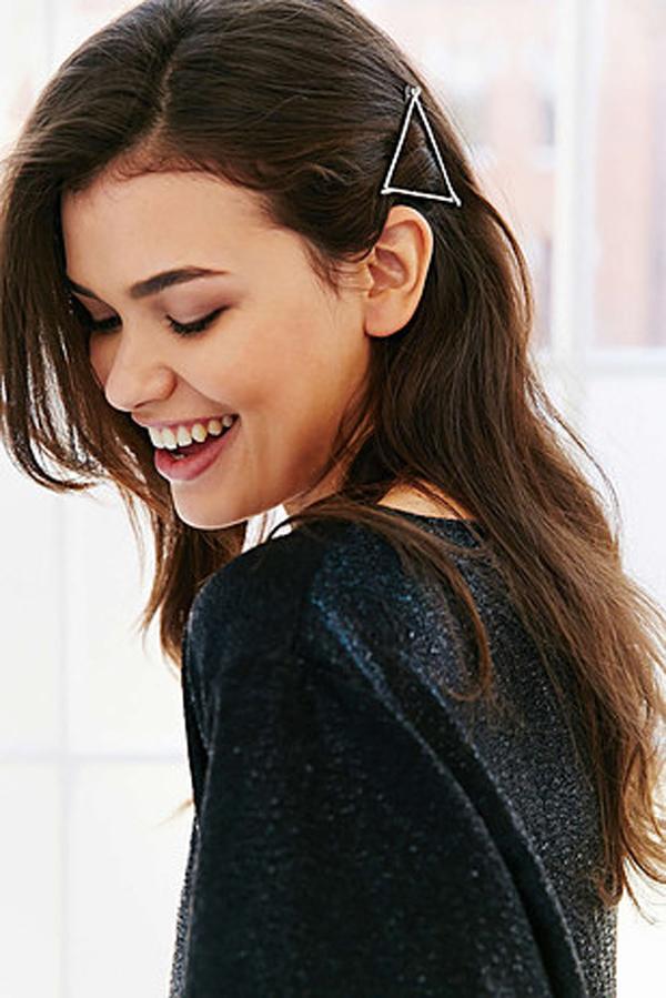Kẹp tóc hình tam giác làm điểm nhấn cho mái tóc.