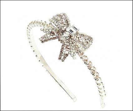 Hãng thời trang Miu Miu cho ra mắt mẫu bờm đính đá đáng yêu với chiếc nơ làm điểm nhấn.