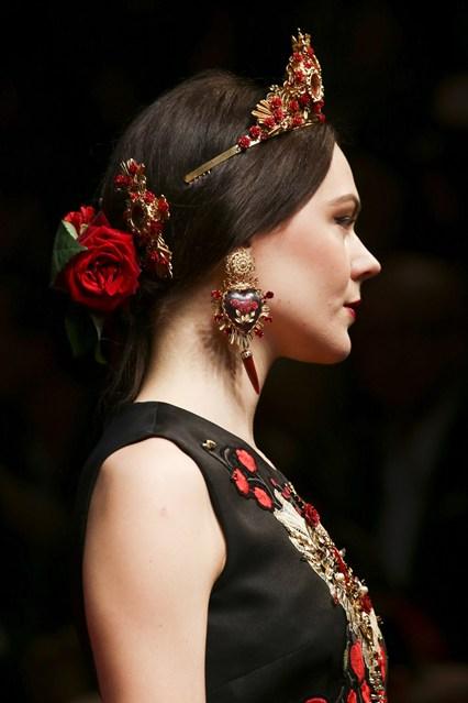 Ra mắt BST mới làm tôn vẻ đẹp của những người phụ nữ có gia đình, Dolce & Gabbana còn giới thiệu cả những phụ kiện đi kèm đậm chất cổ điển.