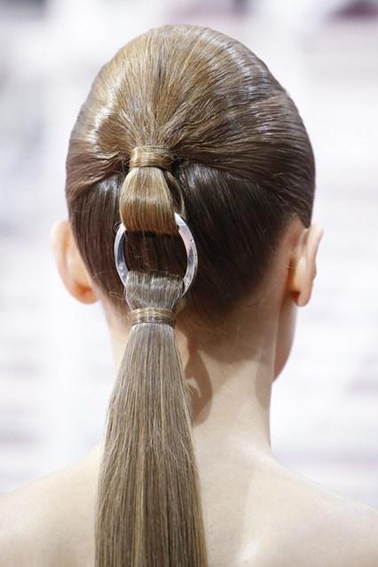 Trong BST Xuân - Hè mới của Dior, hãng cũng giới thiệu mẫu phụ kiện mới đơn giản nhưng hết sức mới lạ và cá tính, lấy cảm hứng từ chi tiết móc khóa hay thắt lưng của trang phục.