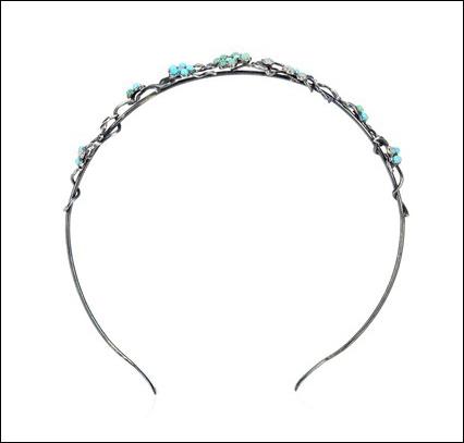 Bottega Veneta ra mắt mẫu bờm thích hợp với trang phục mùa hè, khi có những hình hoa và ngọc màu xanh biển làm điểm nhấn.