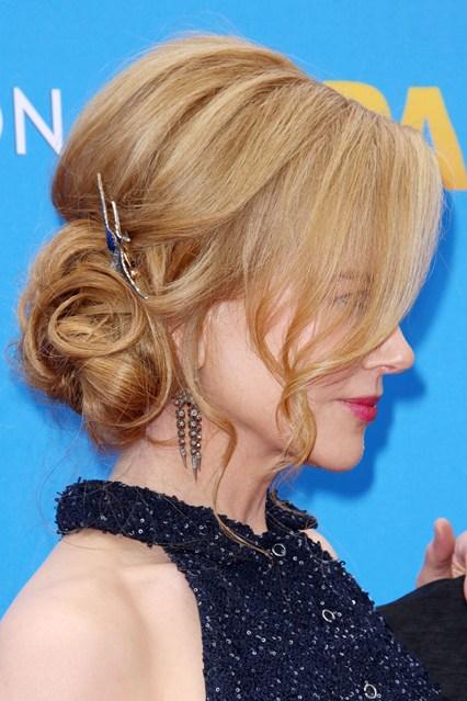 Nicole Kidman dùng phụ kiện cặp tóc nhỏ xinh cho mái tóc trong một sự kiện điện ảnh. Đây là thiết kế mới đậm chất vintage ra mắt ở Tuần lễ thời trang mùa Thu 2015.