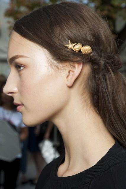 Trong BST thời trang dành cho mùa hè của phái đẹp, những phụ kiện mang cảm hứng từ biển trở thành điểm nhấn quan trọng, trong đó có cặp tóc hình sò, ốc.