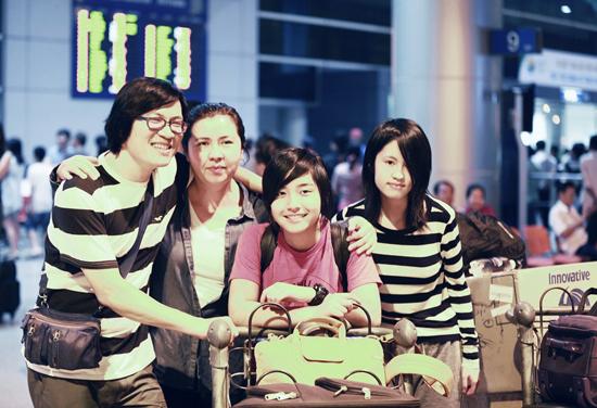 Gia đình Phương Thảo - Ngọc Lễ tại sân bay Tân Sơn Nhất hôm 27/6