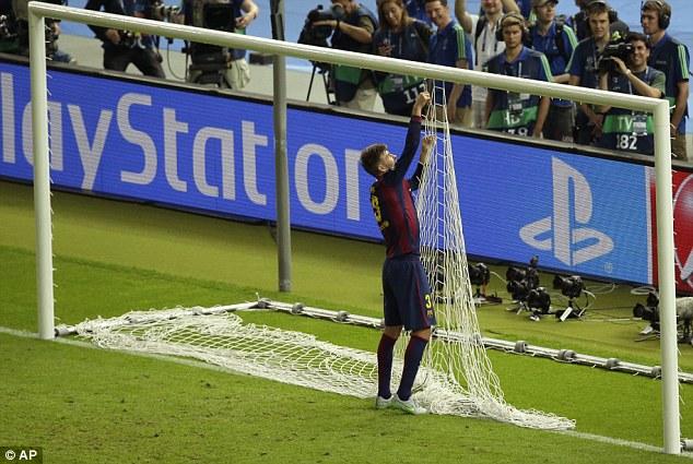 Pique tháo hết mành lưới ở cầu môn.