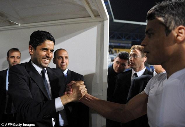 Ông chủ Nasser Al-Khelaifi chúc mừng thủ quân Thiago Silva.