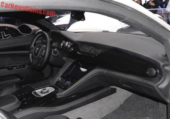 Tông màu đen tiếp tục được sử dụng cho hệ thống nội thất của xe