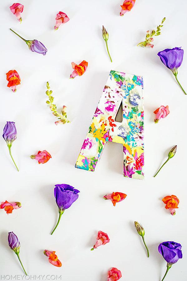 Hình chữ trang trí với vải bọc floral rực rỡ.