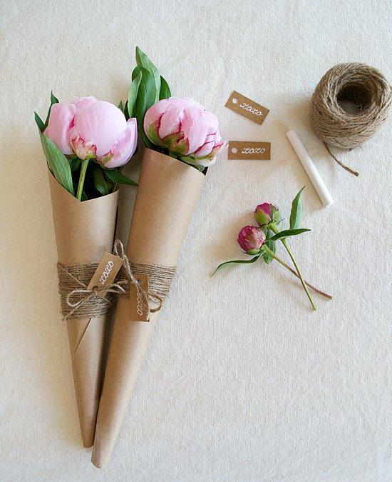 Tự tạo ra lớp giấy bọc hoa bằng bìa cứng.