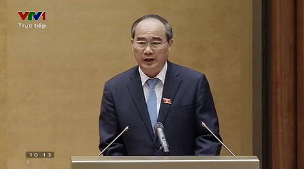 Chủ tịch MTTQ Nguyễn Thiện Nhân trình bày báo cáo trước Quốc hội (Ảnh: VTVNews)