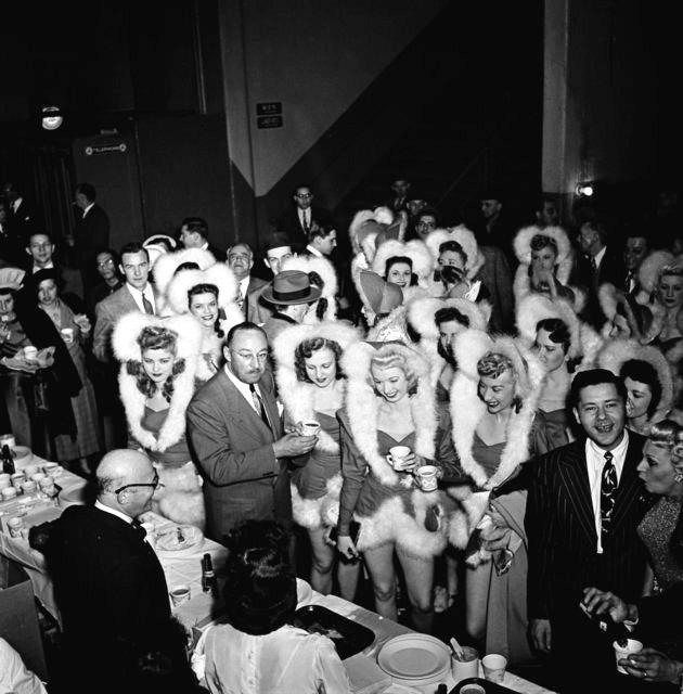 Bữa tiệc tại hậu trường sau buổi biểu diễn chào mừng Giáng sinh ở Nhà hát thành phố New York năm 1950.