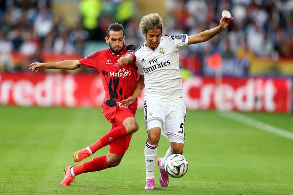 Aleix Vidal (áo đỏ) vừa có thể chơi ở vị trí tiền vệ cũng như hậu vệ cánh phải