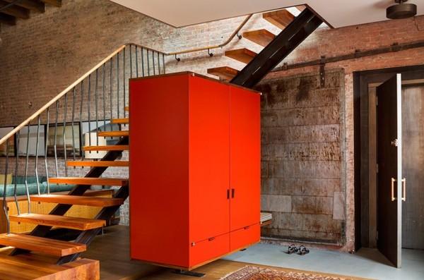 Chiếc tủ để đồ màu da cam làm nổi bật làm bừng sáng không gian trong căn hộ
