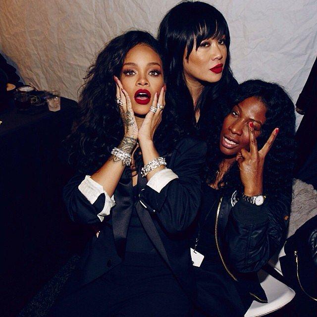 Rihanna vừa tiệc cùng cùng các cô bạn thân, vừa theo dõi tỉ số trận đấu
