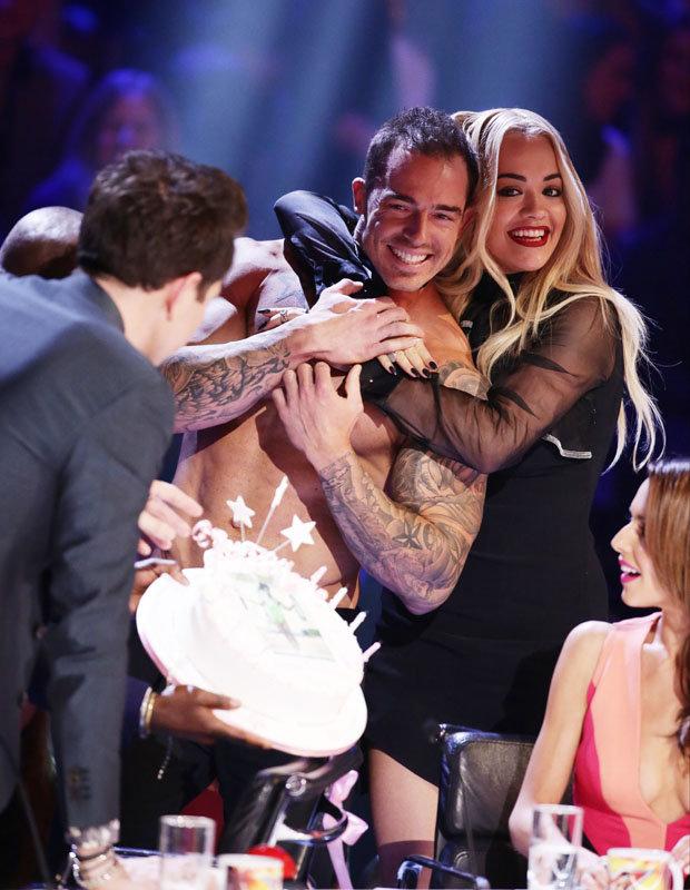 Rita Ora bất ngờ trước bánh sinh nhật từ chàng vũ công 6 múi.
