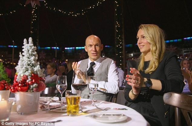 Phu nhân Bernadien - một trong những WAGs xinh đẹp nhất của các sao Bayern cùng chồng Robben góp mặt tại bữa tiệc ở Munich.