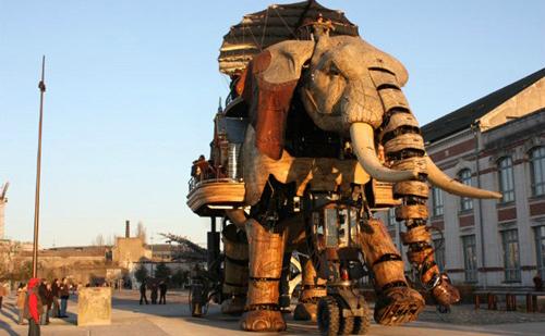 Robot voi khổng lồ ở thành phố Nantes, Pháp, được làm từ 45 tấn gỗ và thép. Con voi cơ khí này có thể chở 49 hành khách và đi bộ 45 phút