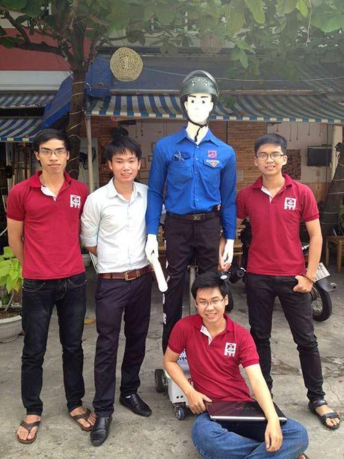 Nhóm sinh viên Đại học Duy Tân (Đà Nẵng) và phát minh robot dẫn người qua đường