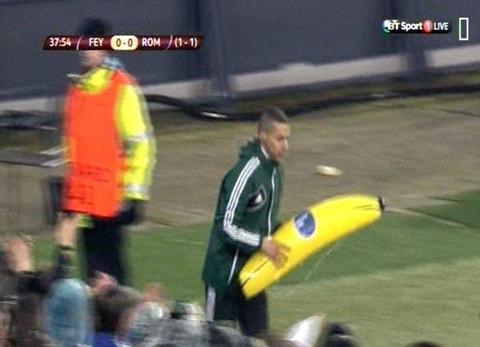 Một quả bóng chuối được các CĐV Feyenoord ném xuống sân trong trận đấu với AS Roma.