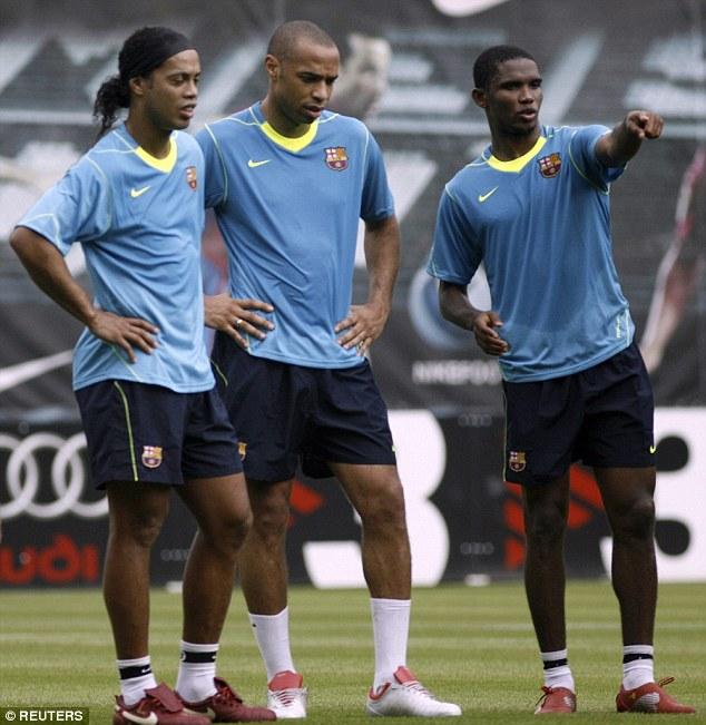 Với sự trợ giúp đắc lực của Ronaldinho (trái), Henry cùng Etoo hợp với Messi tạo ra bộ ba huyền ảo một thời lừng lẫy ở Camp Nou.