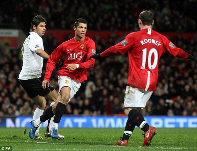 Bộ đôi Ronaldo - Rooney trẻ trung và sung mãn giúp Quỷ đỏ bay cao trong giai đoạn thống trị ở EPL.