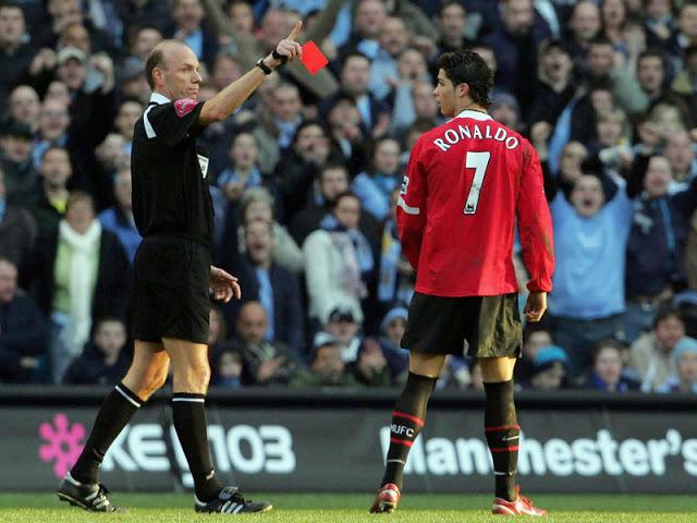 Thời còn ở Man Utd, Ronaldo từng phải nhận 4 chiếc thẻ đỏ.