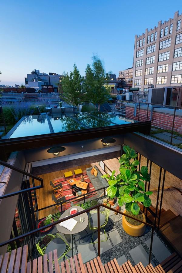 Toàn cảnh phòng khách và vườn cây nhìn từ gác mái