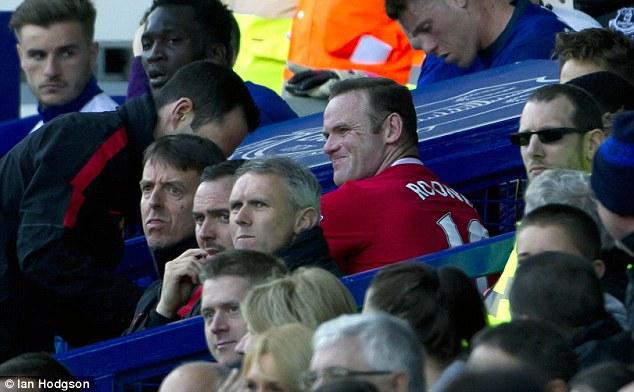 Rooney nhăn nhó vì chấn thương và cần phải có sự chăm sóc của nhân viên y tế trên khán đài.