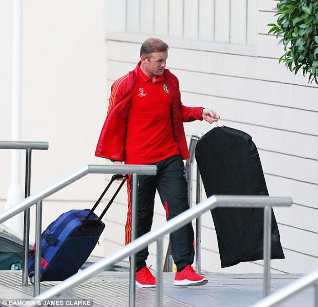 Rooney mang theo cả áo vest và tiến vào khách sạn Lowry một cách chậm rãi.