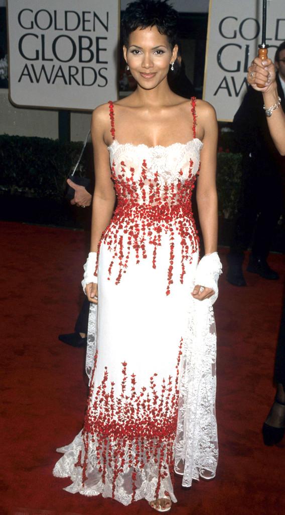 Miêu nữ Halle Berry cũng không kém phần sến sẩm trong bộ váy này