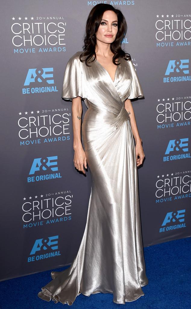 Chiếc váy quyến rũ làm bằng chất liệu satin đã giúp Angelina Jolie khoe triệt để thân hình hoàn hảo