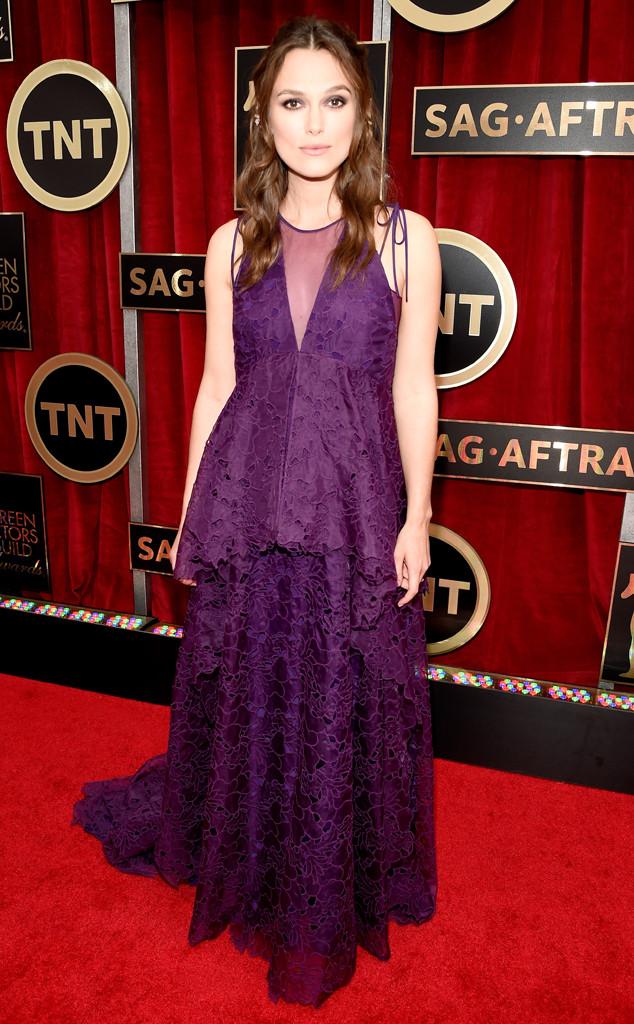 Keira Knightley che bụng bầu với chiếc váy ren màu tím của Erdeem