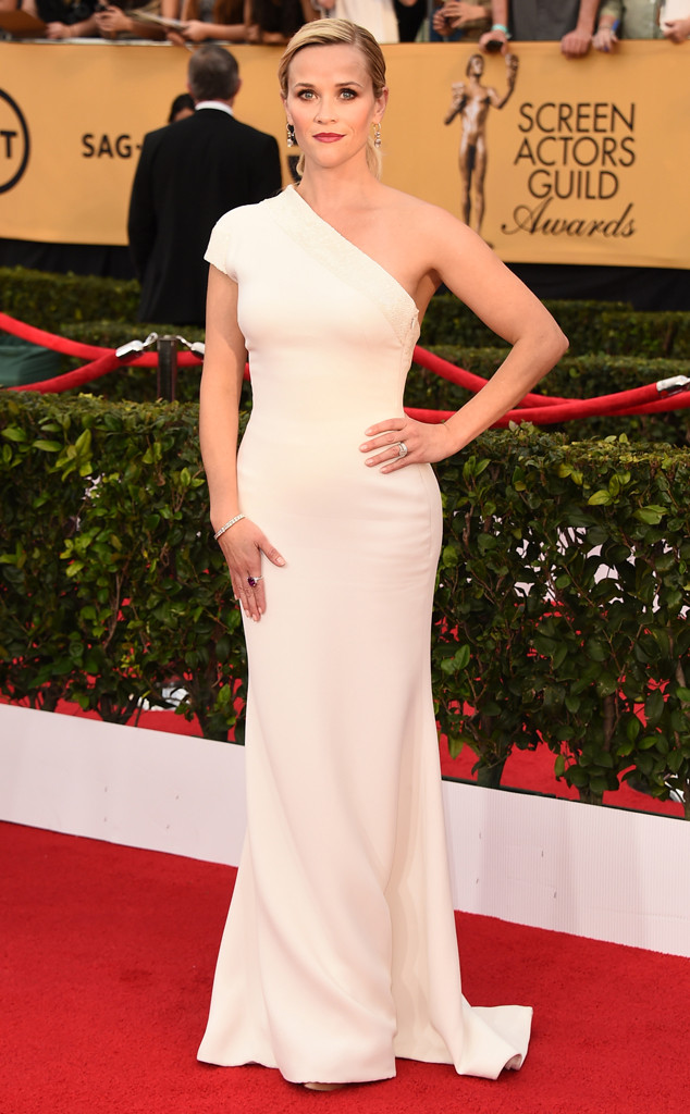 Đơn giản, nhẹ nhàng và tinh tế. Đó là những từ có thể dùng để miêu tả vẻ đẹp của chiếc váy Armani nữ diễn viên Reese Witherspoon khoác lên mình