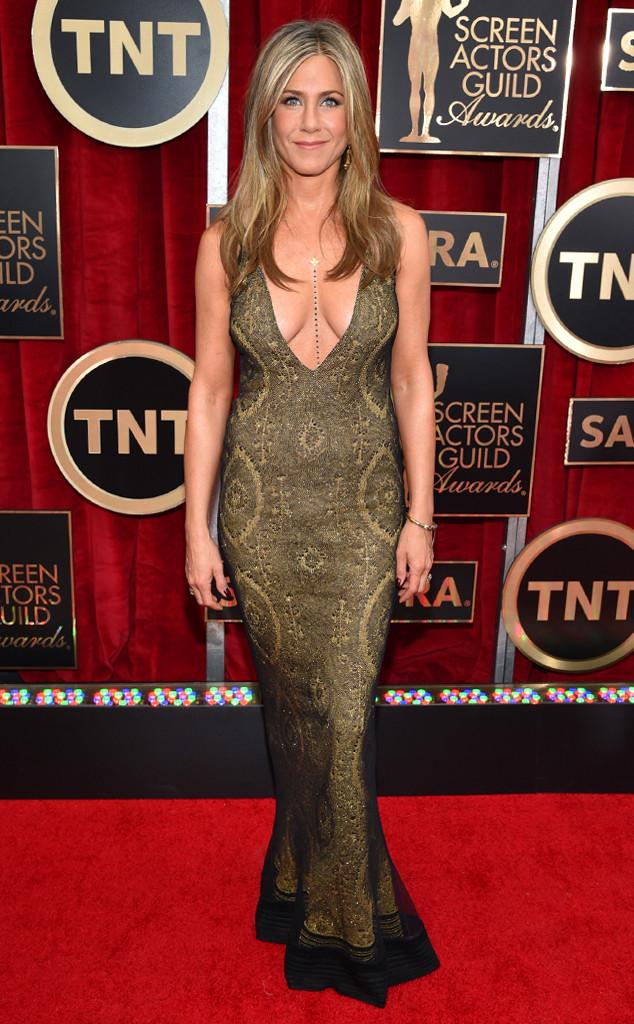 Jennifer Aniston khoe vòng 1 hững hờ trong bộ váy cổ điển của nhà thiết kế lừng danh Galliano