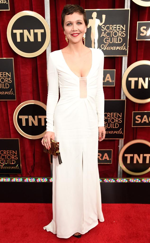 Nữ diễn viên Maggie Gyllenhaal trong bộ váy trắng tinh tế của thương hiệu Thakoon
