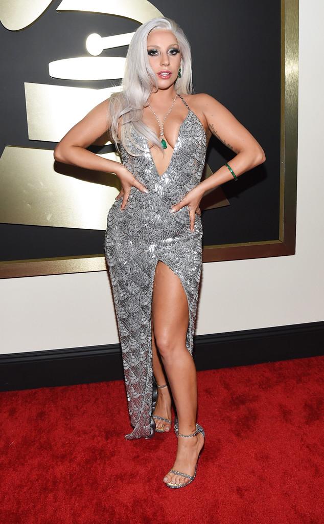 Trong thời gian gần đây, Lady Gaga đã không còn khoác lên mình những bộ cánh quái dị như những năm trước. Cô xuất hiện trên thảm đỏ Grammy trong bộ váy ánh bạc xẻ cao của Brandon Maxwell