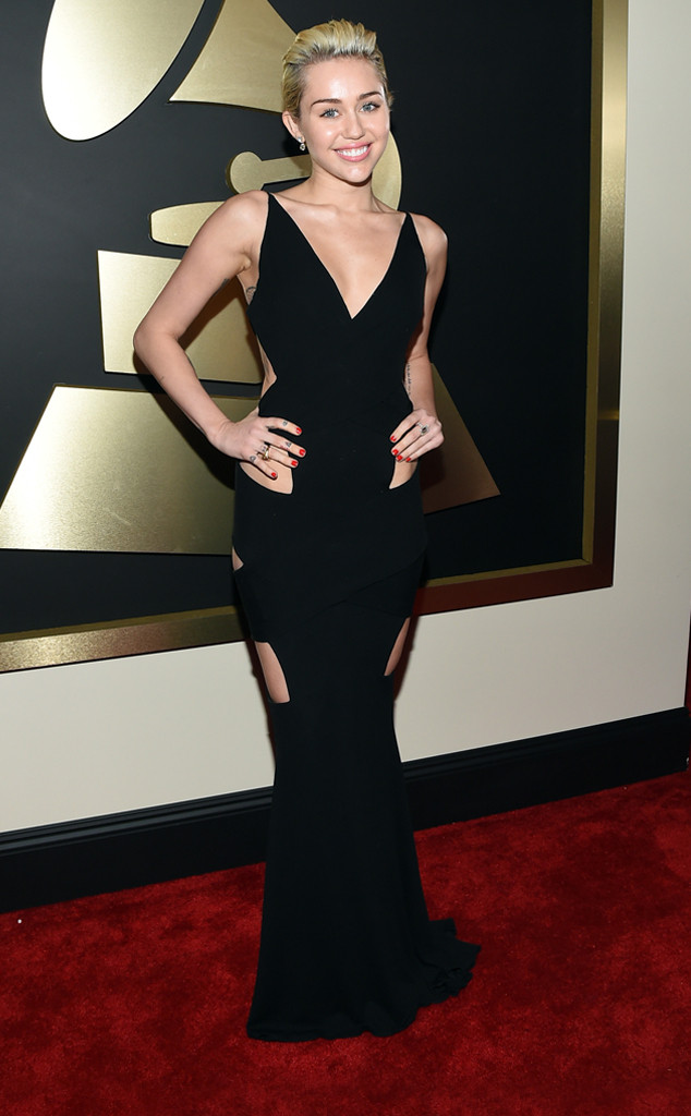 Cô nàng tai tiếng Miley Cyrus tự tin tạo dáng trong bộ váy với những đường cut-out táo bạo của hãng Alexandre Vauthier