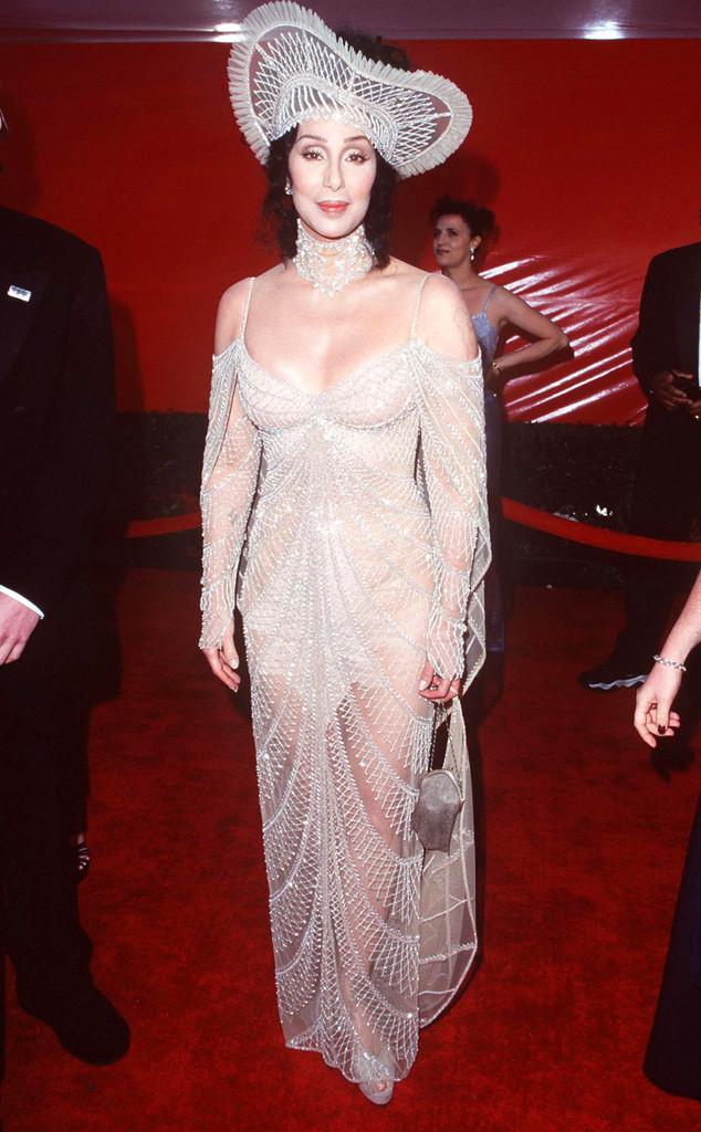 Diva Cher trong bộ váy mỏng tang và phụ kiện tóc quá khổ