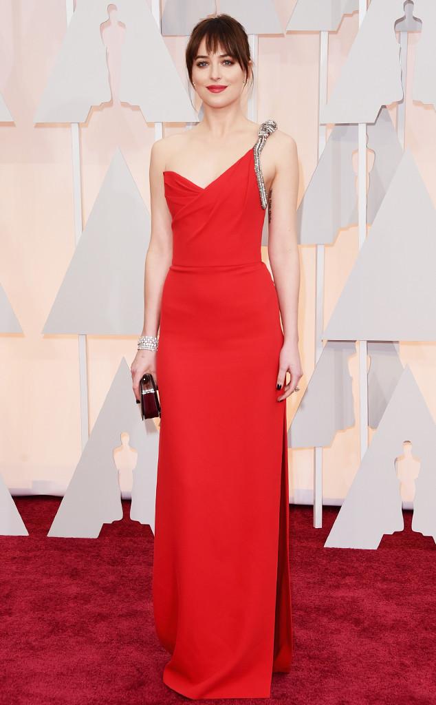 Ngôi sao 50 sắc thái Dakota Johnson trẻ trung trong bộ váy thanh lịch của Saint Laurent