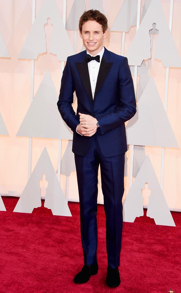 Eddie Redmayne - người đoạt giải Nam diễn viên chính xuất sắc nhất tại giải Oscar lần thứ 87 - nổi bật trên thảm đỏ với bộ vest màu navy thanh lịch