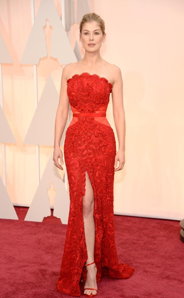 Nễu như ở lễ trao giải Quả Cầu Vàng, Rosamund Pike gây thất vọng khi diện một bộ cánh quá xấu xí thì tại Oscar, nữ diễn viên Gone Girl lại ghi điểm trong bộ váy đẻ xẻ cao tuyệt đẹp của Givenchy