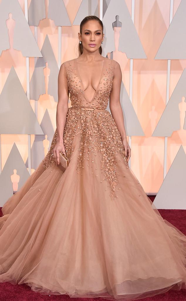 Jennifer Lopez xuất hiện lộng lẫy như một bà hoàng trong bộ váy màu nude được đính đá và ren cầu kỳ của Elie Saab