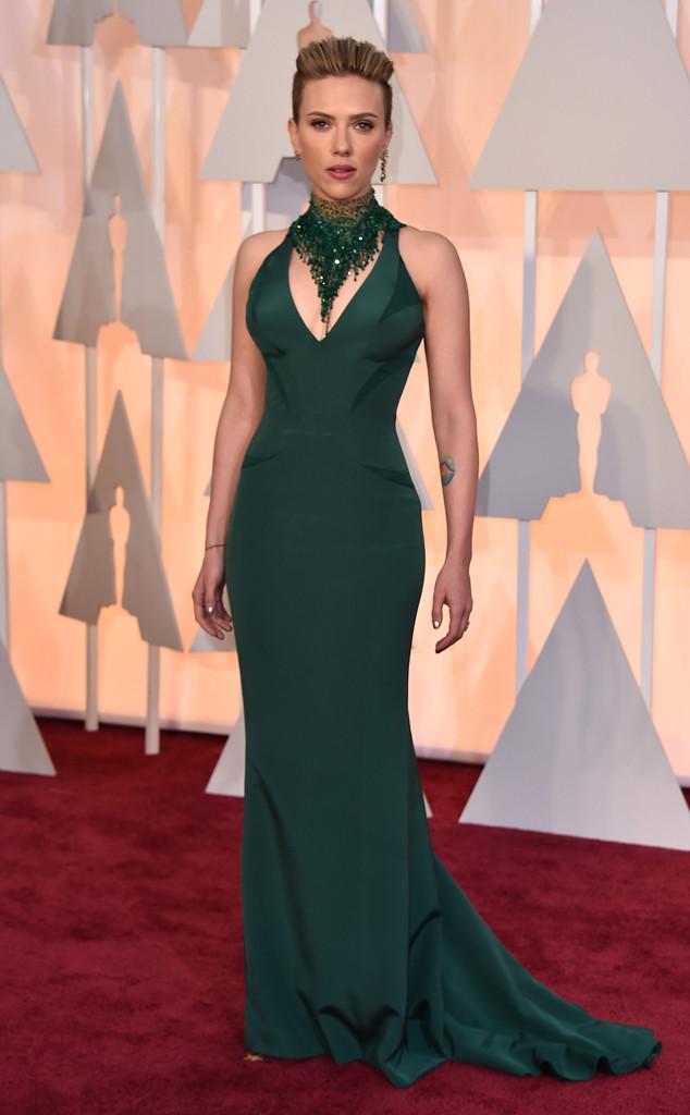 Cô đào nóng bỏng Scarlett Johansson đẹp khó cưỡng nổi trong bộ váy xanh quyến rũ của Versace