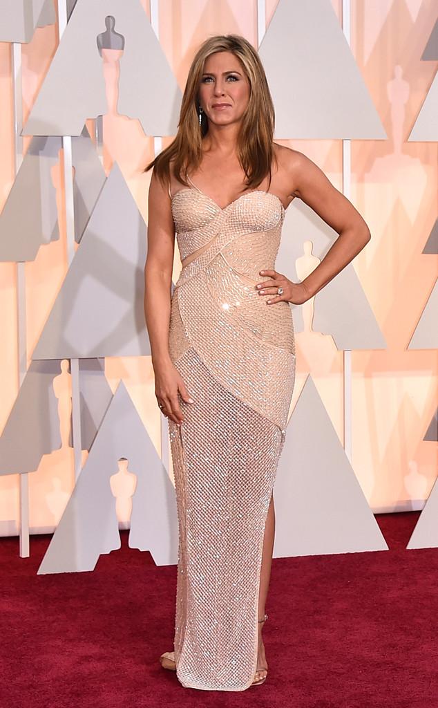 Dù không nhận được đề cử nào tại Oscar năm nay, song, Jennifer Aniston vẫn gây ấn tượng không chỉ với diễn xuất tài tình mà còn với ngoại hình trẻ trung trong bộ đầm bó sát của Versace